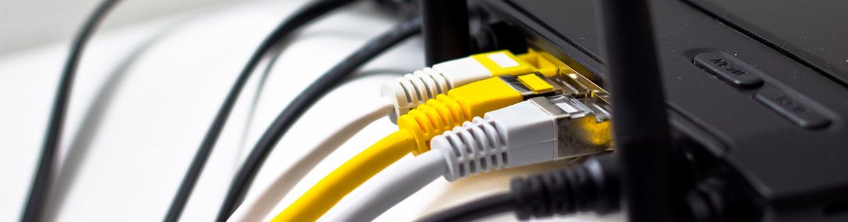 Slider: Router mit Netzwerkkabeln
